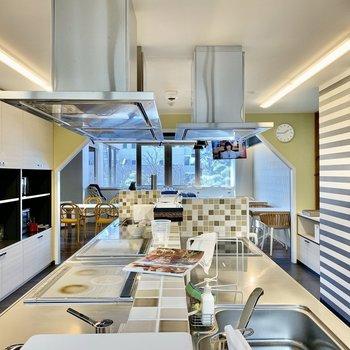 【Kitchen】コンロとシンクは3つずつです。