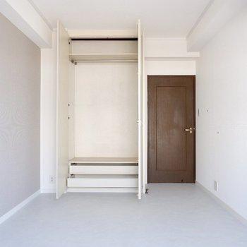 【1階洋室②】使いやすそうなクローゼットもありました。