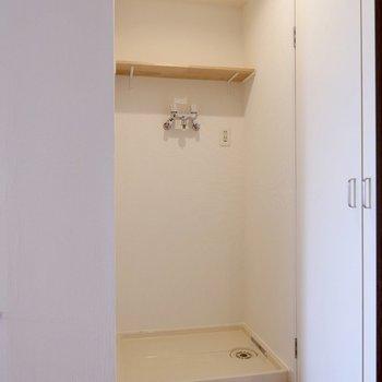 【LDK】お隣には上部収納付きの洗濯機置き場。