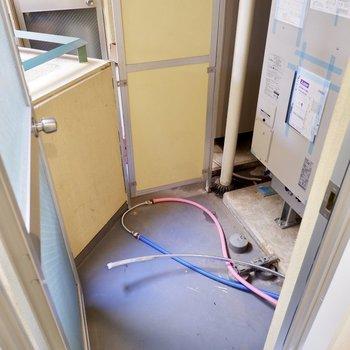 サニタリールームの横には小さなバルコニー。換気も簡単に。