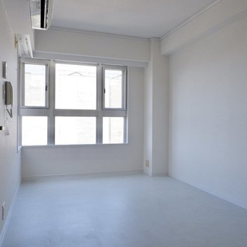 【2階洋室】腰窓でインテリアも配置しやすそうです。