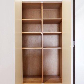 【LDK】棚には食器や普段使わない調理器具などを片付けておけますね。