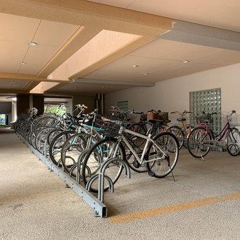 自転車置き場は屋根のあるつくり。