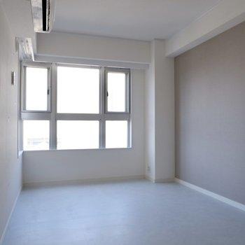 【1階洋室②】こちらはグレーがアクセントに。
