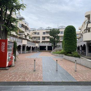 集合マンションの中にある一棟。コの字型の建物の、右側にあるお部屋です