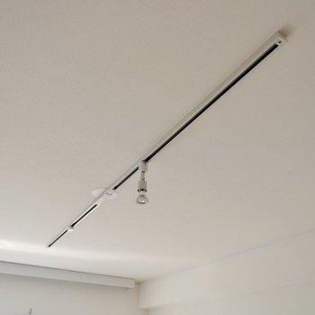 【LDK】天井のライティングレールにはお好みのライトを。