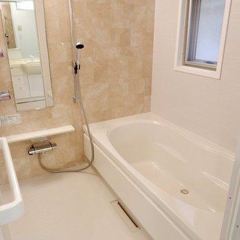 お風呂は優しい色合い。