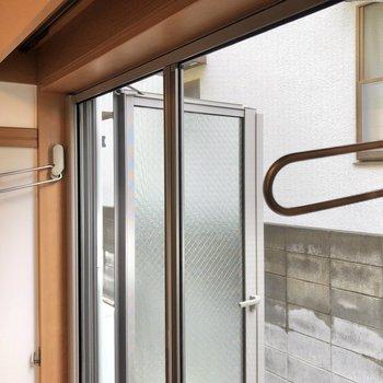 東向きの窓には物干し受けや網戸もついています。