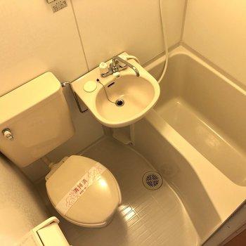 3点ユニットです。歯ブラシやハンドソープなどの小物を置くスペースはありますよ。