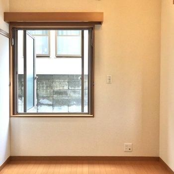 お部屋正面の窓は東向きです。