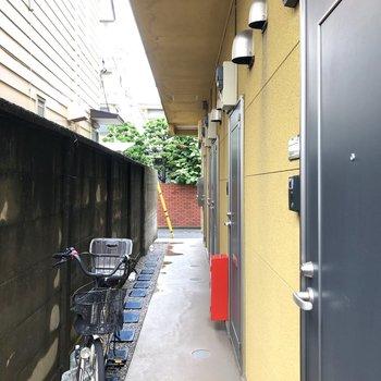 共有部です。外壁は黄色で統一されています。