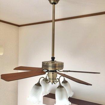 照明はシーリングファン付です。お部屋の空気を循環させてくれます。