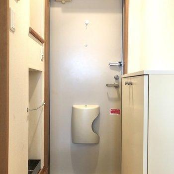 玄関です。左手には傘立てや鍵置きにも使えそうなスペースが。