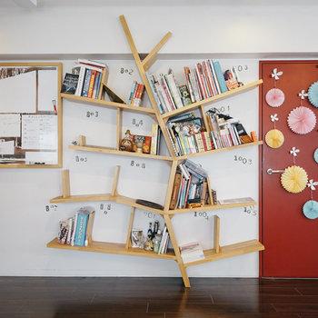【9Fラウンジ】本棚が特徴ですね!※写真は前回募集時のものです