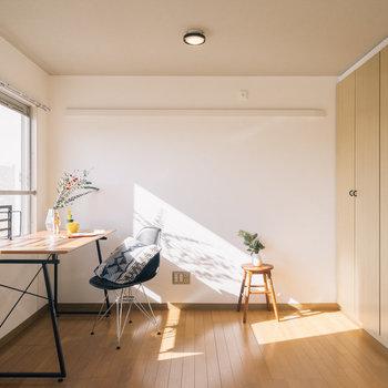 付いてくる家具もオシャレ♪※写真は1階の同間取り別部屋のものです
