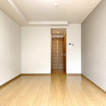 窓側を背に1枚。奥行きが感じられますね。※写真は3階の同間取り別部屋のものです