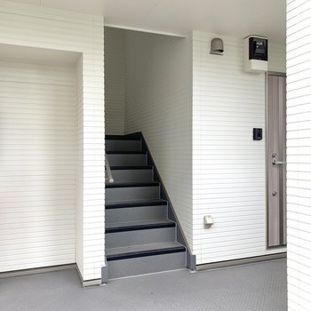 階段上って2階にあるお部屋です。