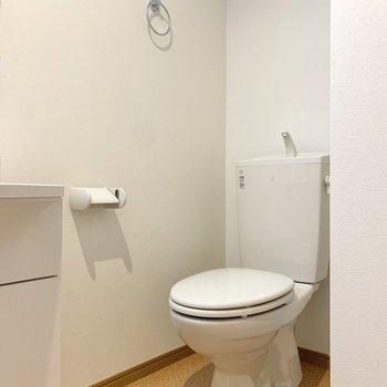 洗面台の脇がトイレスペースになっています。※写真は3階の同間取り別部屋のものです