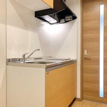 ナチュラルな色合いのキッチンです。※写真は3階の同間取り別部屋のものです