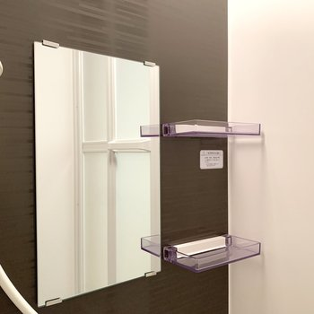 鏡の横には棚がありました。※写真は3階の同間取り別部屋のものです