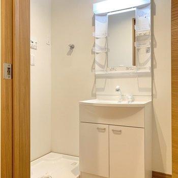 洗面所は洗濯機置き場と洗面台が隣同士です。※写真は3階の同間取り別部屋のものです