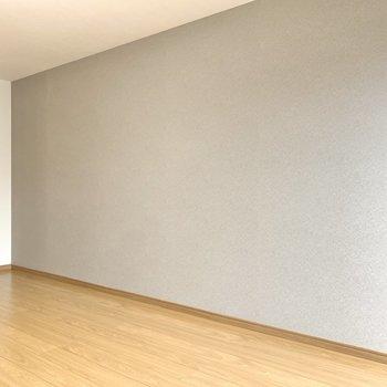 グレーのクロスにはステンレスの家具を置いてみるのも良さそうです。