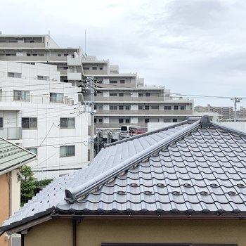 正面はマンションを筆頭に住宅街。