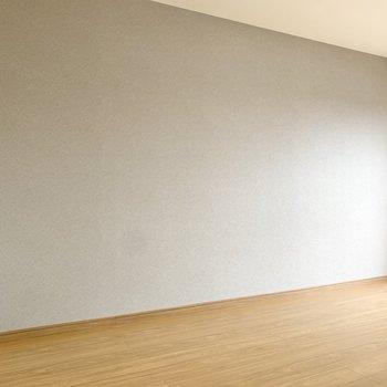 サイドはグレーのアクセントクロス。シックな家具が馴染みますね。※写真は3階の同間取り別部屋のものです