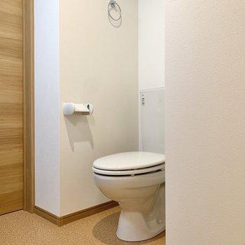トイレは洗面台の向かい側にありました。※写真は3階の同間取り別部屋のものです