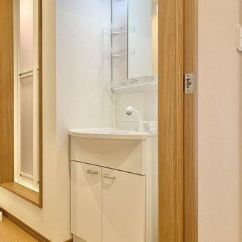 入ってすぐの所には独立洗面台。※写真は3階の同間取り別部屋のものです