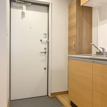 玄関右側にシューズボックスが配置されています。※写真は3階の同間取り別部屋のものです