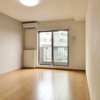 洋室は約9.8帖。広めの空間です。※写真は3階の同間取り別部屋のものです