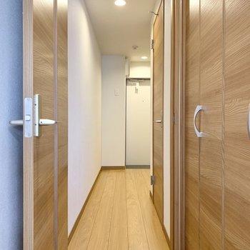 扉を開けてキッチンへ。※写真は3階の同間取り別部屋のものです