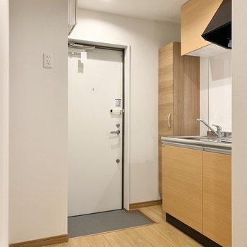 玄関近くにキッチンスペースがあります。冷蔵庫は左側へ。※写真は3階の同間取り別部屋のものです