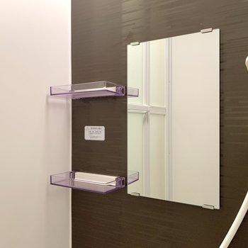 鏡の脇には棚があり、※写真は3階の同間取り別部屋のものです