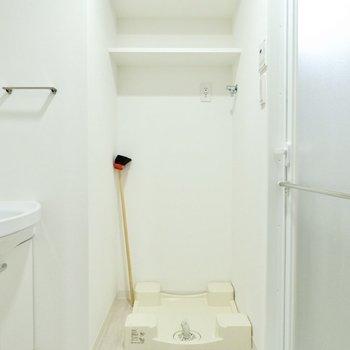 洗濯置き場が脱衣所にあるとお着替えもラクラク。上部のシェルフに洗剤など収納できますね。※写真は11階同間取り別部屋のものです