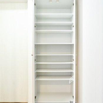 シューズボックスは大容量。20足は入りそうですね。傘などの収納も出来ますよ。※写真は11階同間取り別部屋のものです