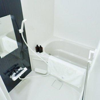 ブラックの壁材がクールな印象のシンプルな浴室。乾燥機付きです。※写真は11階同間取り別部屋のものです