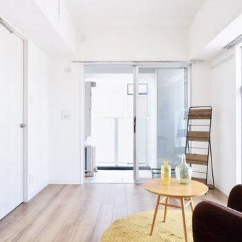 【洋室】奥行きはしっかりと。シンプルな色合いで爽やかな空間ですね。※写真は11階同間取り別部屋のものです