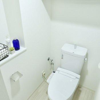 お手洗いは玄関近く。ゆったりとしており、シェルフなど収納スペースがありますね。※写真は11階同間取り別部屋のものです