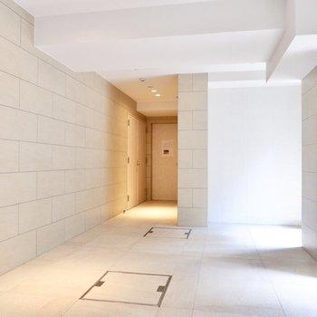 白でまとめられた1階エレベーターホール。開放感があります。