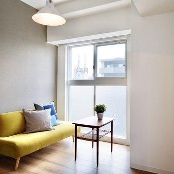【LDK】窓前のくぼみはリビングスペースに良さそうですね。※写真は11階同間取り別部屋のものです