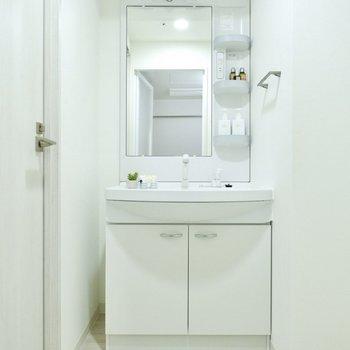 脱衣所。機能美を感じる洗面台。※写真は11階同間取り別部屋のものです