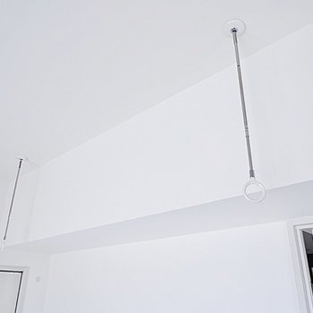 【ディティール】洋室には室内物干しもついていますよ。※写真は11階同間取り別部屋のものです