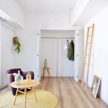 【洋室】窓際にベッドを置いたら、自然光で気持ちよく目覚められそう。※写真は11階同間取り別部屋のものです
