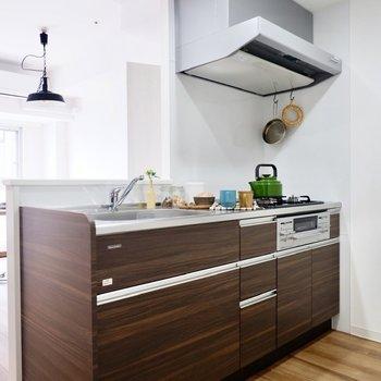 シックな印象の対面キッチン。※写真は11階同間取り別部屋のものです