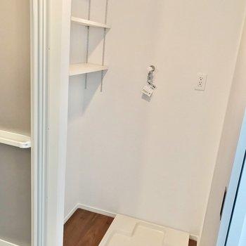 こちらにも棚があるので便利ですね。(※写真は5階の同間取り別部屋のものです)