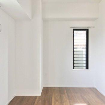 こちらは5.3帖の洋室。夫婦の寝室としていかがでしょう?(※写真は5階の同間取り別部屋のものです)