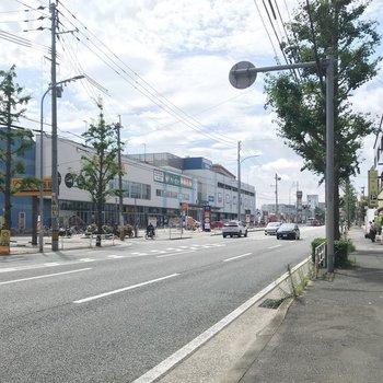 3分ほど歩けば筑紫通り。バス停や商業施設もありますよ。