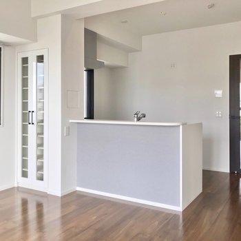キッチンの背面には大きな冷蔵庫や食器棚を置けます。(※写真は5階の同間取り別部屋のものです)